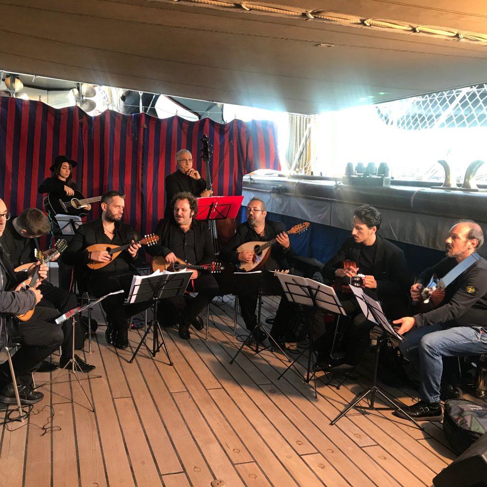 """Mauro Squillante e la """"Napoli Mandolin Orchestra"""" a vele spiegate sull'Amerigo Vespucci"""