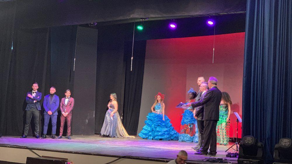 """Boom al Teatro De Rosa di Frattamaggiore con l'evento """"E Lucean le stelle … Durante una sfilata …"""" la moda nel tempo e nella musica, dal classico ad oggi."""