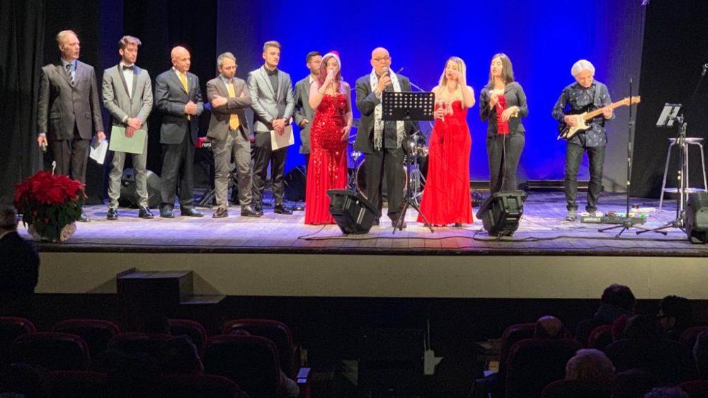 """Frattamaggiore continua a brillare: il Teatro De Rosa gremito per il concerto """"Guitar&Voice – Christmas Edition"""" con Piero Del Prete"""