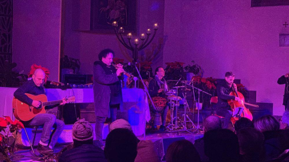 Un doppio Enzo Avitabile chiude le feste regalando un imprevisto concerto