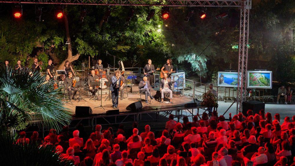 """""""Emozioni"""" a Capri una serata all'insegna della poesia in musica nei Giardini della Flora Caprense con protagonisti Mogol, il giovane cantautore Gianmarco Carroccia ed un'orchestra di 16 elementi"""