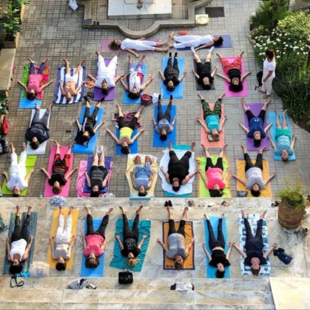 L'Associazione Aperion in collaborazione con Capri Yoga&Lab propone una lezione di Yoga al Tramonto a Villa Lysis per celebrare l'equinozio d'autunno