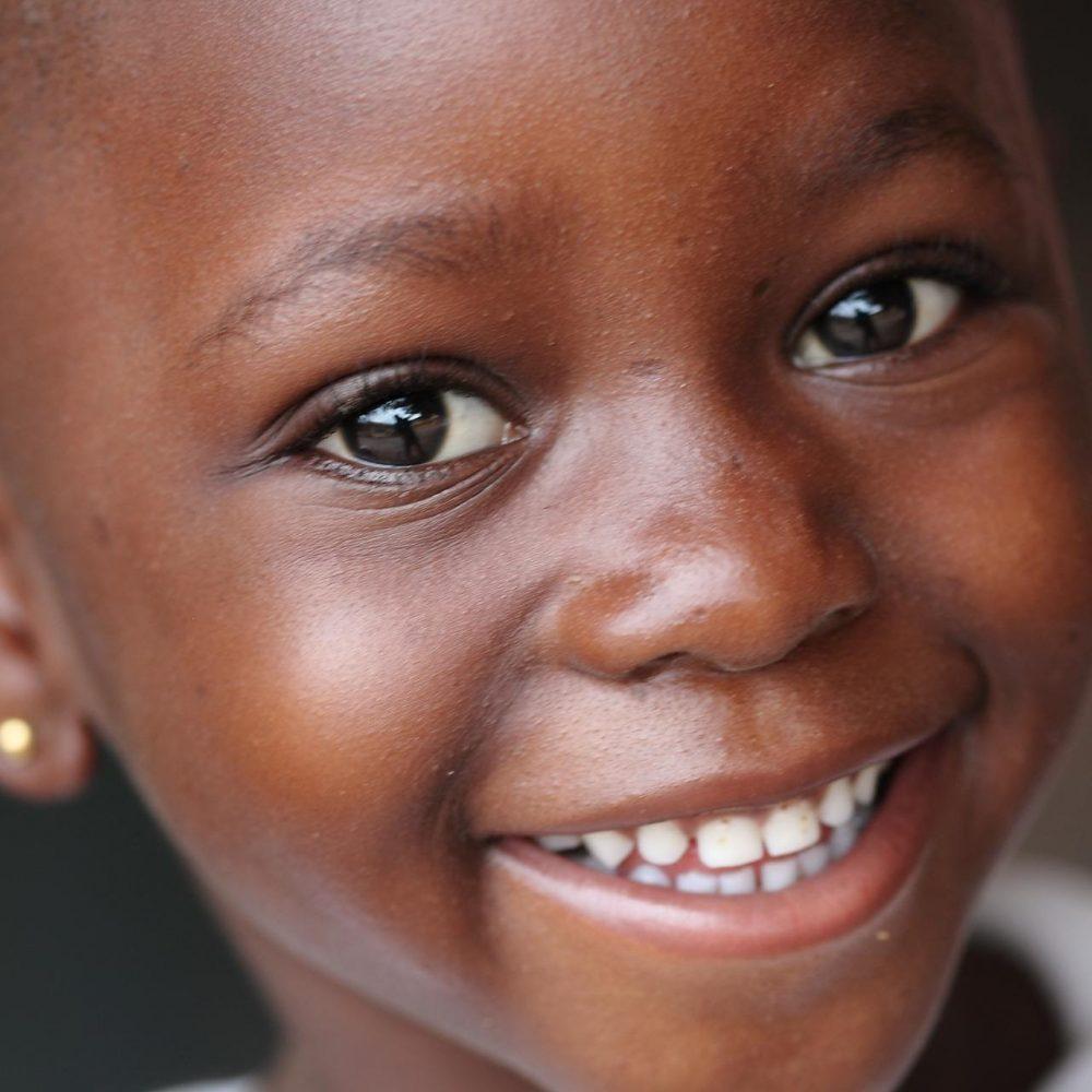 Emergenza Sorrisi: a Natale trasforma un regalo nel sorriso di un bambino, scegli un nostro dono solidale.