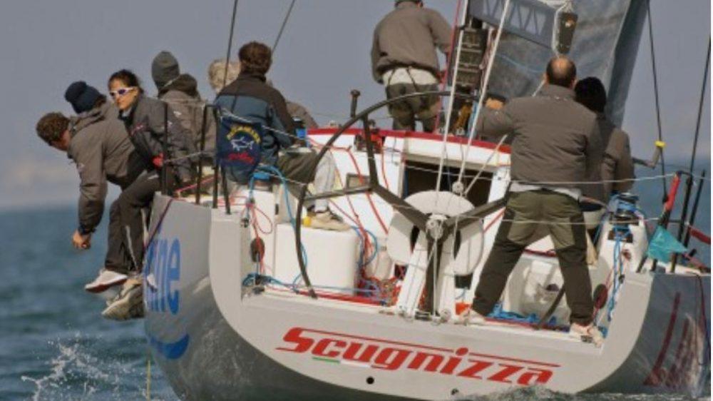 Italia Yachts 11.98 Scugnizza di Enzo De Blasio si aggiudica il trofeo della III Coppa dei Campioni.